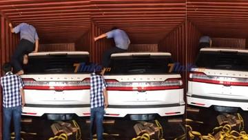"""Vất vả đưa """"khủng long"""" Lincoln Navigator 2018 đầu tiên tại Việt Nam ra khỏi container"""
