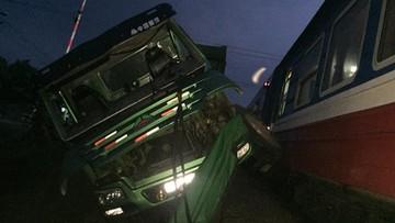 Chết máy giữa đường ray, xe tải bị tàu hỏa đâm nát đầu tại Nghệ An