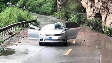 Chạy trên đường núi, chiếc Volkswagen bị đá lở rơi trúng nóc, bẹp dúm
