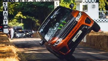 Stunter lái Range Rover Sport SVR bằng hai bánh trên quãng đường 1,6 km, lập kỉ lục thế giới