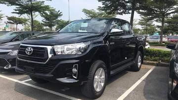 Cận cảnh xe bán tải Toyota Hilux 2018 với thiết kế mới tại đại lý ở Hà Nội