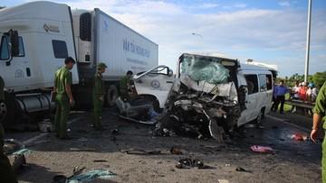 Quảng Nam: Xe rước dâu đâm trực diện container khiến 17 người thương vong