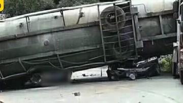 Xe bồn lật trúng 2 ô tô con khiến 11 người thương vong