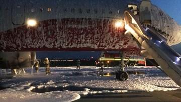 Động cơ máy bay bốc cháy, hành khách người Nga vẫn bình tĩnh lấy điện thoại ra ghi hình
