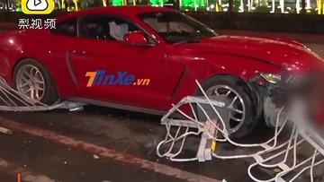 Nữ tài xế lái Ford Mustang đâm vào dải phân cách, gây thiệt hại gần 700 triệu đồng