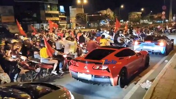 """Dàn siêu xe độ """"đi bão"""" mừng Olympic Việt Nam lần đầu tiên vào bán kết Asiad 2018"""