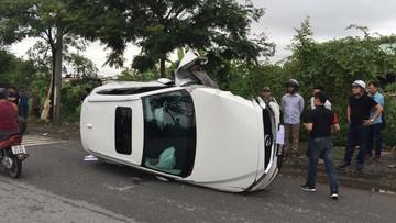 Hà Nội: Chẻ đôi gốc cây bên đường, Mazda CX-5 gãy trục, lật nghiêng