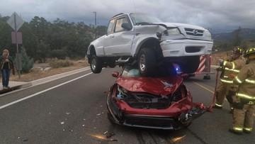 """Xe bán tải Mazda """"cưỡi lên đầu"""" Honda CR-V trong vụ tai nạn liên hoàn kỳ lạ"""