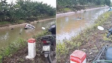 Hà Nội: Kia Morning chìm nghỉm dưới mương nước, tài xế thoát chết