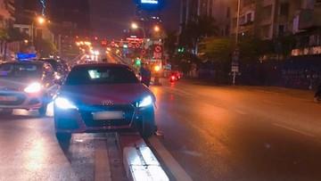 """Láng Hạ: Audi TTS giá 2,1 tỷ đồng """"vỡ đầu"""" vì leo dải phân cách"""