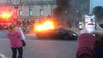 Lamborghini Huracan Performante bốc cháy dữ dội, người qua đường vây quanh để chụp ảnh