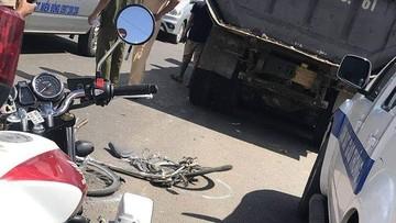 """Xe tải đi với tốc độ """"ánh sáng"""" trong phố, đâm văng 2 em học sinh tại Đồng Nai"""