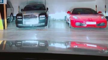 """Rolls-Royce Ghost cùng siêu xe Ferrari F430 """"làm bạn"""" với bụi trong hầm đỗ xe"""