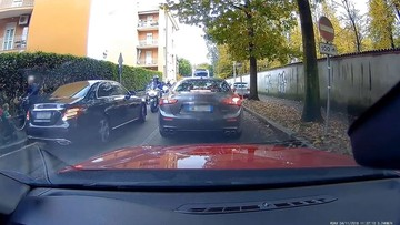 """Người lái Mercedes-Benz C-Class và Audi A1 """"bon chen"""" lên trước bằng cách chạy lấn làn, gặp ngay """"quả báo"""""""
