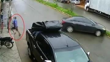 """Người đàn ông """"chạy trối chết"""" để tránh chiếc Toyota Corolla Altis mất lái, drift như """"Fast and Furious"""""""