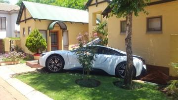 """Nhảy lên lái thử, nữ quản gia phá hỏng chiếc BMW i8 """"mới toanh"""" của chủ"""