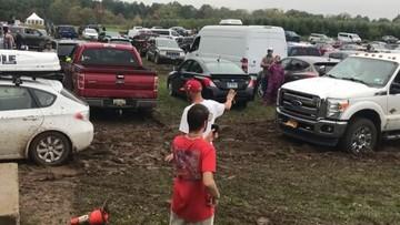 """Không hổ danh là xe Subaru, chiếc Impreza giải cứu """"khủng long"""" Ford F-350 ra khỏi đống bùn lầy"""