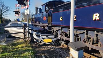 Mercedes-Benz GLA toác đầu sau cú va chạm với xe lửa hơi nước 108 năm tuổi