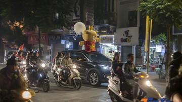Chỉ thắng Campuchia, cổ động viên Việt Nam vẫn đi bão