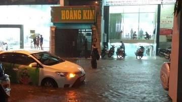 Sài Gòn: Mưa bão lớn gây ngập lụt, đổ cây tại nhiều khu vực