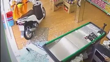 """Điều khiển xe máy lao thẳng vào cửa hàng, """"nữ Ninja"""" thản nhiên cởi mũ bảo hiểm và áo mưa như không"""