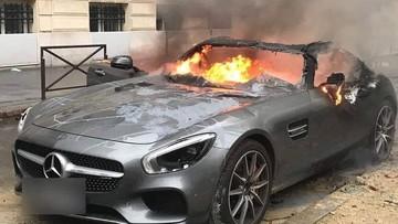 """Bạo loạn """"áo gile vàng"""" ở Pháp, siêu xe Mercedes-AMG GT S cháy như đuốc"""