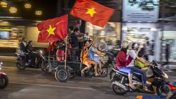 """Cổ động viên Việt Nam lại đi """"bão"""" sau trận thắng Philippines"""