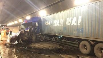 Khoảnh khắc xe đầu kéo gây tai nạn trong hầm Hải Vân khiến giao thông ùn tắc kéo dài