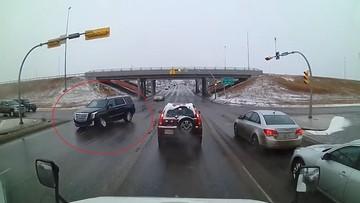 SUV hạng sang Cadillac Escalade gãy trục trước lao như bay từ trên cầu vượt xuống giữa ngã tư
