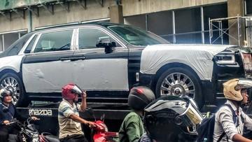 """Bức ảnh Rolls-Royce Phantom thế hệ thứ 8 trên xe chuyên dụng với """"đoàn"""" xe máy vây quanh ngỡ Việt Nam"""