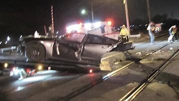 """""""Thử độ cứng"""" với tàu hỏa, xe cơ bắp Dodge Charger bị vỡ ra làm đôi"""
