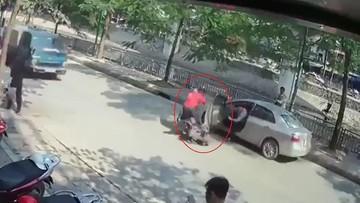 Hà Nội: Tài xế lái Toyota Vios mở cửa thiếu quan sát khiến một người đi xe máy bị ô tô tải đâm trúng