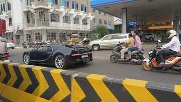 Siêu phẩm Bugatti Chiron đầu tiên tại Campuchia di chuyển trên đường phố giữa vòng vây của xe máy