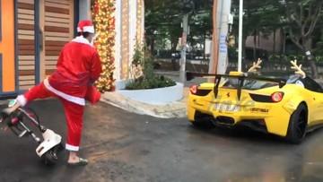 """Sợ trễ giờ, ông già Noel tại Việt Nam vứt xe điện, cầm lái Ferrari 458 Italia độ """"khủng"""" đi phát quà"""