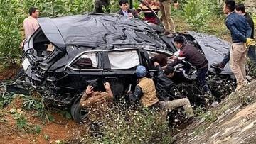 Bắc Kạn: Toyota Highlander tự lao xuống vườn cây bên dưới cao tốc, túi khí bung kín nội thất