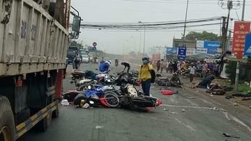 """Vừa xong: Tai nạn kinh hoàng ở Long An, hàng loạt xe dừng đèn đỏ bị container """"ủi nát"""""""