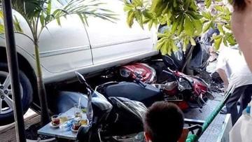 Sài Gòn: Nữ tài xế lùi ô tô như bay từ nhà ra đường, cuốn 4 xe máy vào gầm