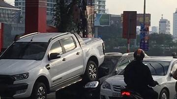 """Ford Ranger đi lùi bất cẩn, """"đè đầu cưỡi cổ"""" Kia Carens"""