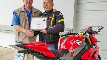 Biker người Mỹ gốc Việt đầu tiên được BMW trao tặng giải thưởng 100.000 Mile Award