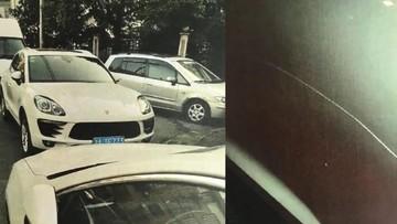 Tết đến nơi mà con trai 30 tuổi vẫn ế, ông bố ra đường trút giận vào chiếc Porsche Cayenne