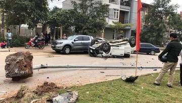 Yên Bái: Ford Ranger lao với tốc độ kinh hoàng, đâm bật gốc 2 cột đèn rồi lật ngửa