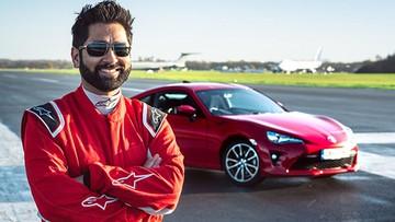 Toyota giúp đỡ một người mù học lại cách lái xe trên đường đua