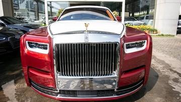 Cùng mang màu sơn đỏ nổi bật, nhưng chiếc Rolls-Royce Phantom VIII tại Campuchia lại nổi trội hơn so với xe của nhà giàu Việt