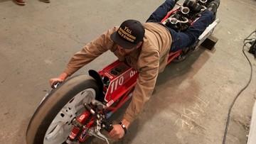 """Bạn phải """"nằm"""" thay vì ngồi mới có thể điều khiển chiếc mô tô độ cực quái này"""