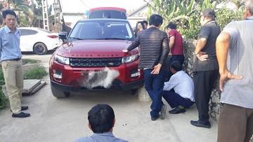 Range Rover Evoque rụng bánh, nứt mâm do người điều khiển xe thiếu quan sát khi vào đường làng