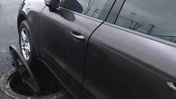 Nắp cổng nổ tung làm hỏng gầm Porsche Cayenne, gây thiệt hại hơn 100 triệu đồng