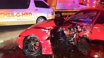 Siêu xe Ferrari California bị cắt làm đôi sau tai nạn kinh hoàng, 2 người trong khoang lái vẫn bình an
