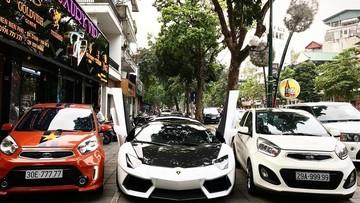 """Cặp đôi Kia Morning lấn át cả siêu xe Lamborghini Aventador mui trần đang tung cánh nhờ biển """"ngũ quý"""""""