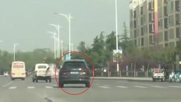 """SUV hạng sang Audi Q5 """"lừ lừ"""" vượt đèn đỏ, tài xế bị nghi là ngủ gật"""