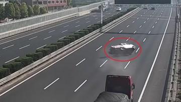 Trời nóng lên khiến ô tô tải bị nổ lốp và lật ngang trên cao tốc